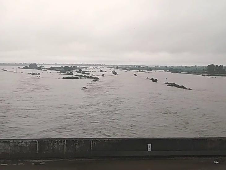 बरसात में उफनाई पार्वती नदी का फाइल फोटो।