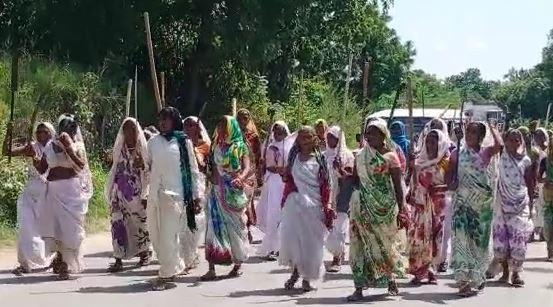 आदिवासी बाहुल्य आनंदपुरी तहसील क्षेत्र में परंपरा निभातीं महिलाएं।