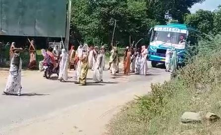 परंपरा के तहत सामने आई बस के चालक को लूट की धमकी देता महिला समूह।