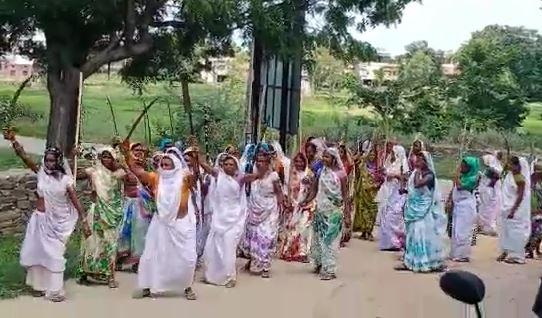 पुरुषाें के कपड़े पहन तलवार, लाठियां लहराते सड़क पर निकली महिलाएं, भगवान को दी धमकी, बोलीं- बरस जाओ, वरना सूखा पड़ा तो अपराध बढ़ेंगे|बांसवाड़ा,Banswara - Dainik Bhaskar