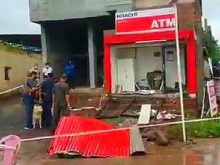 धमाके के बाद मशीन और ATM रूम के परखच्चे उड़ गए। - Dainik Bhaskar