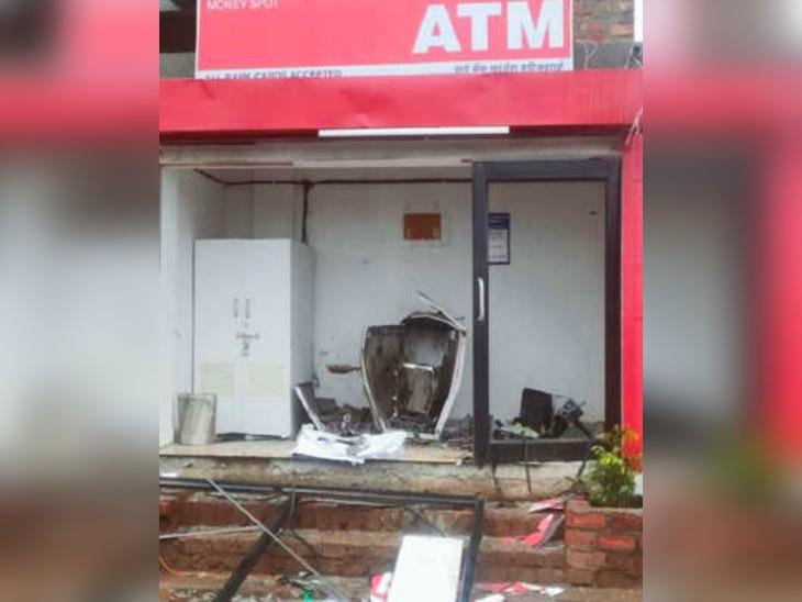 इस धमाके में ATM बुरी तरह से क्षतिग्रस्त हुआ है।