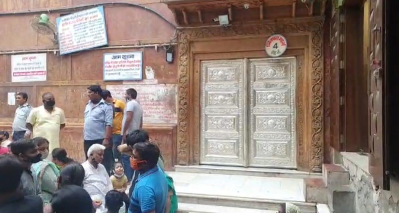 4 नम्बर गेट पर एक के बाद एक गिरी तीन ईंट, बाल-बाल बचे लोग; जांच करने मंदिर की छत पर गए पुलिसकर्मी पर गिरा पत्थर|मथुरा,Mathura - Dainik Bhaskar
