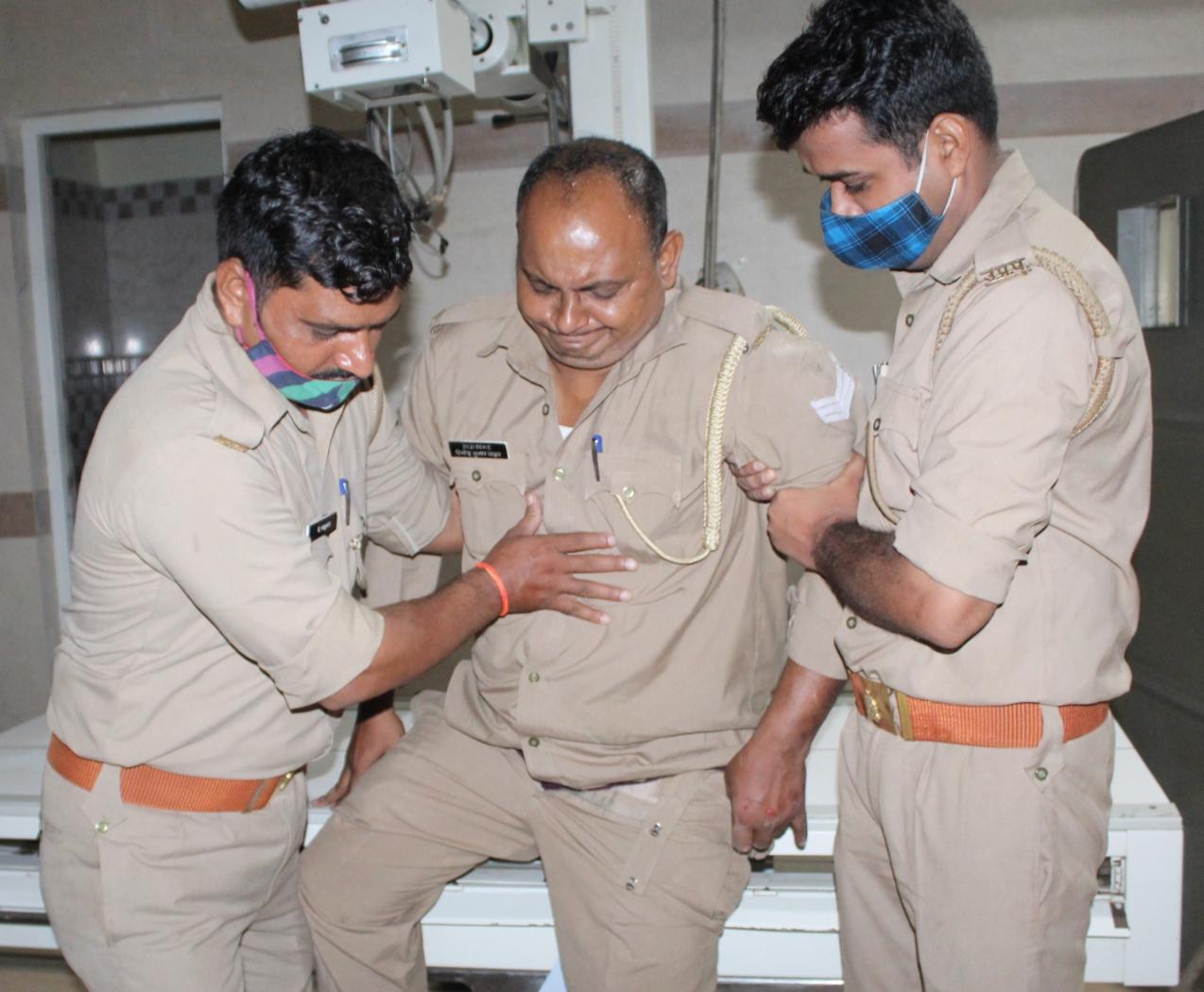 पुलिस मंदिर के गेट पर ईंट गिरने की जांच कर ही रही थी, इसी दौरान छत का पत्थर टूट गया और सिपाही विनोद यादव घायल हो गया।