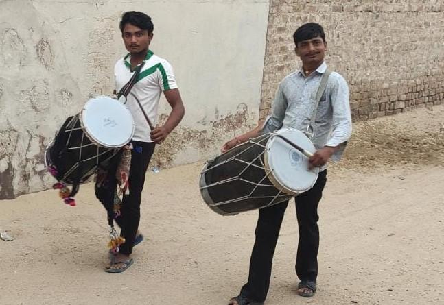 गांव की गलियों में ढोल नगाड़े बजाये गए ताकि इंद्रदेव सुन सकें।