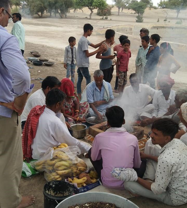 श्रीडूंगरगढ़ के जैतासर गांव मे यज्ञ में आहूति देते ग्रामीण। - Dainik Bhaskar