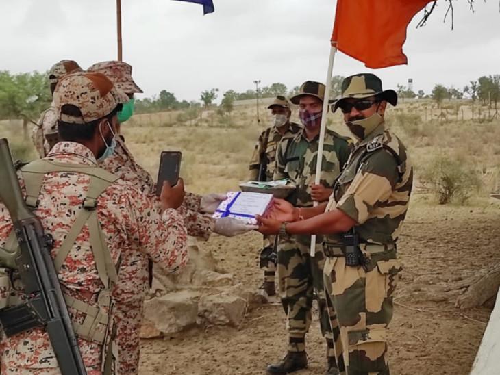 मिठाई का आदान-प्रदान करते दोनों देशों के सैनिक।