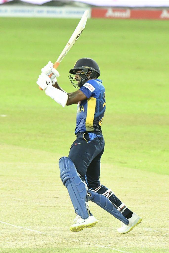 आखिर में चमिका करुणारत्ने ने 33 बॉल पर 44 रनों की महत्वपूर्ण नाबाद पारी खेली। इस दौरान उन्होंने 2 हेलिकॉप्टर शॉट भी लगाए।