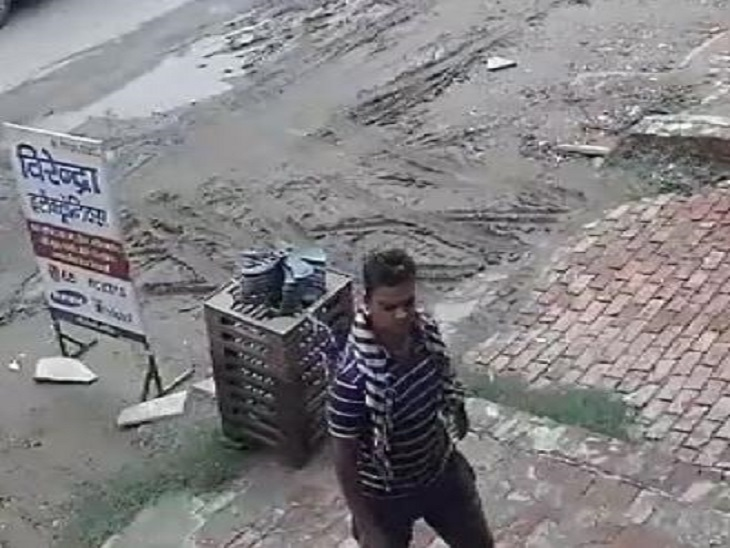 CCTV में कैद हुआ ग्राहक सेवा केंद्र पर चोरी करने वाला आरोपी। - Dainik Bhaskar