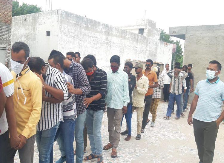 लाइन लगाकर जुआरियों को पुलिसकर्मी बस में बिठाने ले जाते हुए। - Dainik Bhaskar