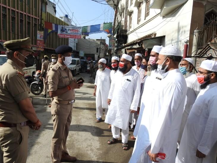 सहारनपुर में नमाजियों से मिलते पुलिस अफसर।
