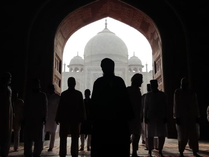 आगरा के ताजमहल में स्थित मस्जिद में नमाज पढ़ते लोग।