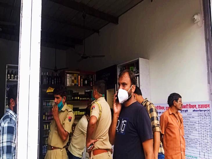 लूट की वारदात के बाद मौके पर पहुंची पुलिस की टीम।