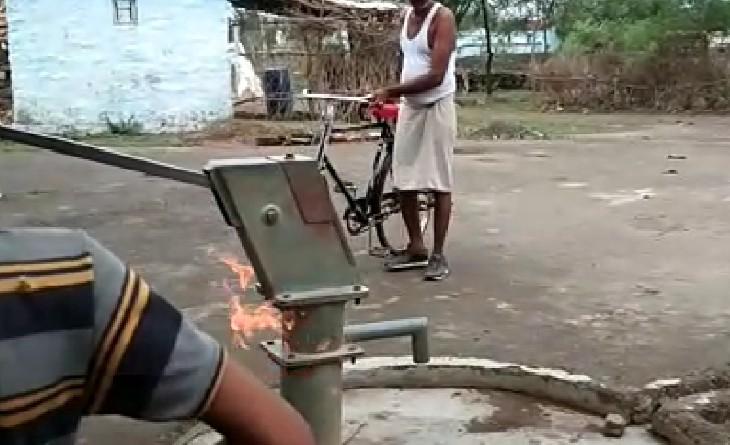 गंध आने पर गांव वालों ने माचिस की तीली जलाकर फेंकी तो लगी आग, एक्सपर्ट बाेले- बारिश में कार्बन कणों की अधिकता से ऐसा होता है|सागर,Sagar - Dainik Bhaskar