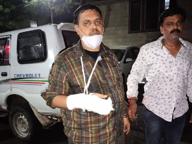 पुलिस गिरफ्त में सतीश भाऊ और चिंटू ठाकुर।