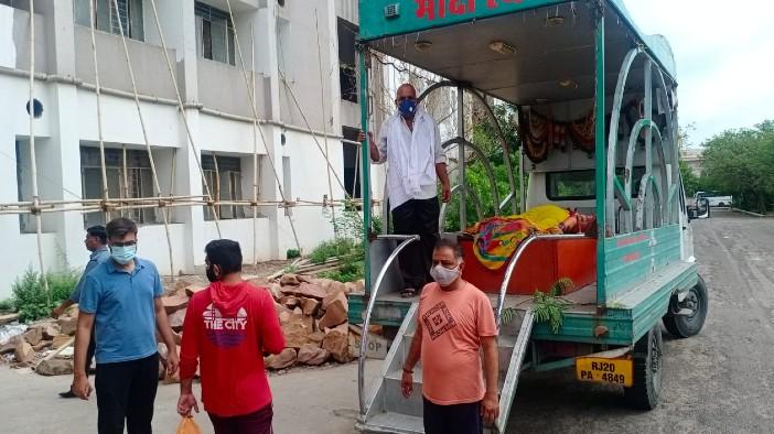 परिजन, शव वाहन में देह लेकर मेडिकल कॉलेज पहुंचे