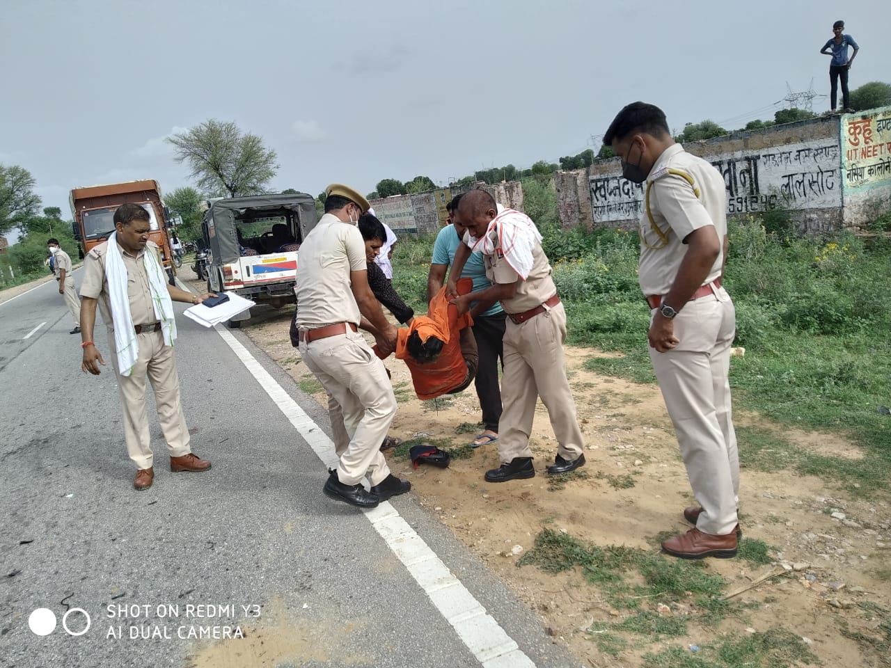 लालसोट में शवों को एंबुलेंस में रखवाती पुलिस - Dainik Bhaskar