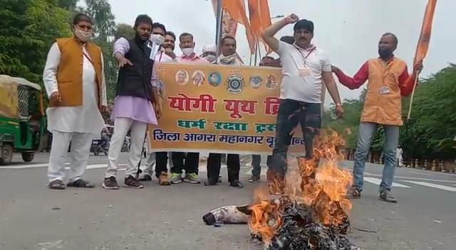 योगी यूथ ब्रिगेड के कार्यकर्ताओं का आरोप है कि राज कुंद्रा द्वारा अश्लीलता फैला कर भारतीय संस्कृति का अपमान किया गया है। - Dainik Bhaskar