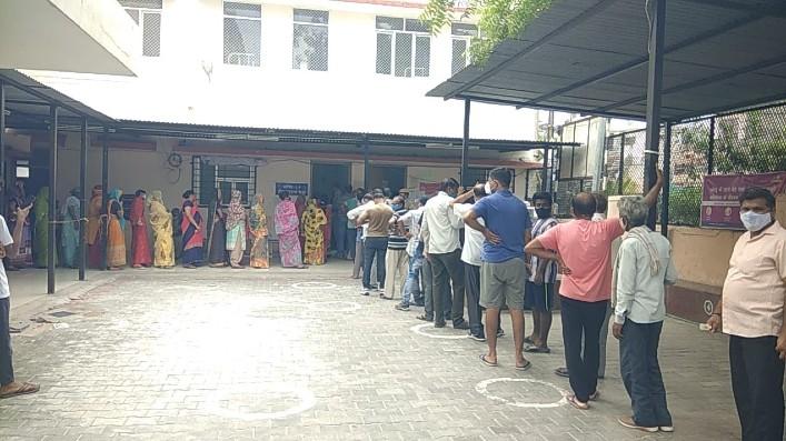 वैक्सीन के लिए कतार में खड़े लोग - Dainik Bhaskar