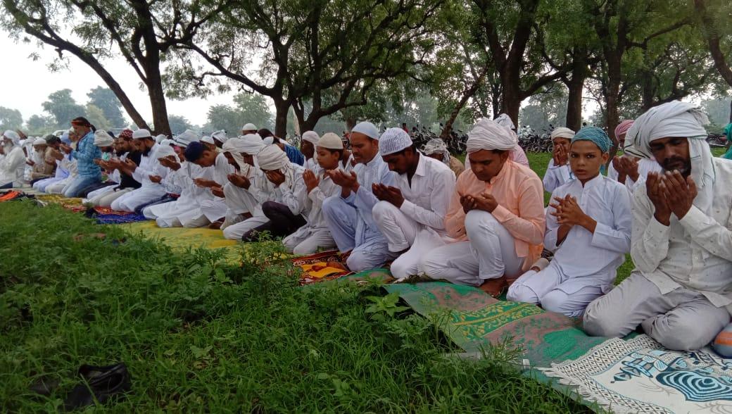 फिरोजपुर झिरका में ईद की नमाज अता करते समाजजन। - Dainik Bhaskar