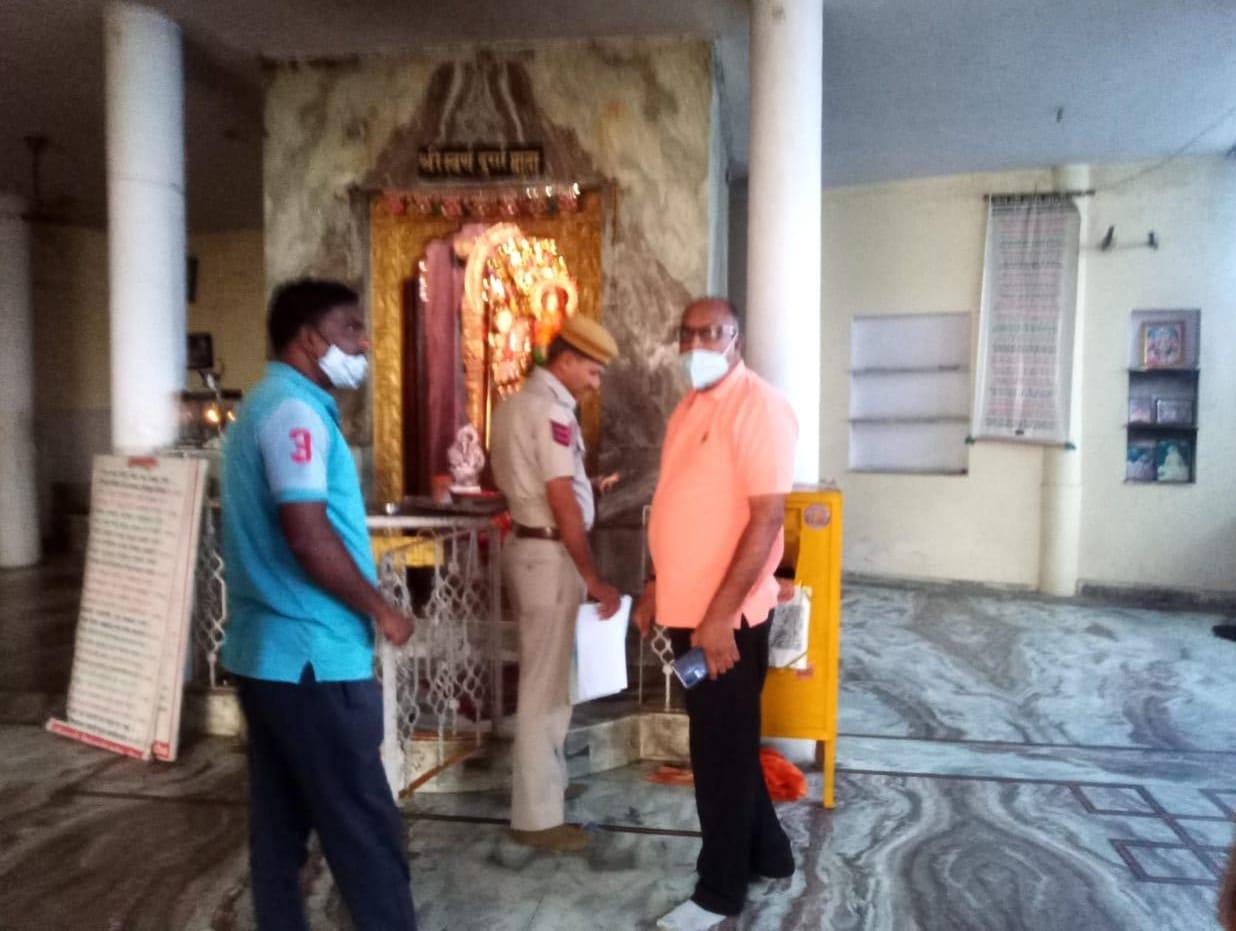 मंदिर में चोरी के बाद जायजा लेते पुलिस अधिकारी। - Dainik Bhaskar