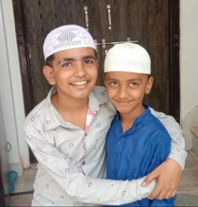 ईद की मुबारक देते बच्चे