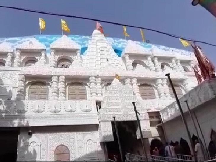 जयपुर से 80 किलोमीटर दूर सीकर जिले में खाटूश्यामजी का मंदिर बना हुआ है।