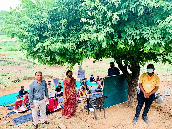 काया सरकारी स्कूल के शिक्षक पढ़ाई के साथ ग्रामीणों के स्वास्थ्य की भी कर रहे देखभाल।