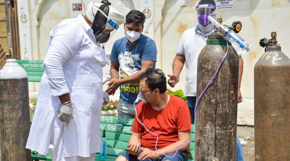 ऑक्सीजन के लिए मचे हाहाकार के बीच श्री गुरु सिंह सभा गुरुद्वारा ने खालसा हेल्प इंटरनेशनल के साथ मिलकर ऑक्सीजन लंगर शुरू किया था। ये 24 अप्रैल को गाजियाबाद के इंदिरापुरम इलाके की तस्वीर है।
