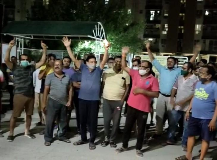 रात काे साेसायटी के लाेगाें ने डवलपर के घर का घेराव किया, महिलाओं ने कहा सीवरेज का पानी पीने को मजबूर|अलवर,Alwar - Dainik Bhaskar