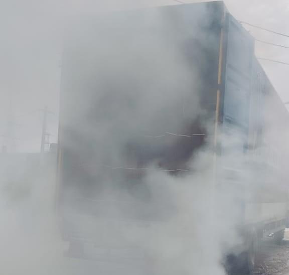 आग के कारण ट्रक के चारो तरफ धुंआ हो गया। - Dainik Bhaskar