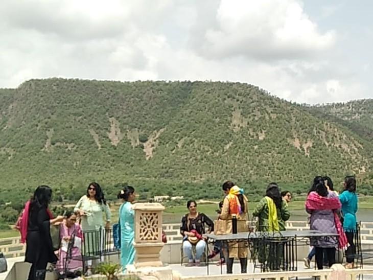 दाे दिन अच्छी बारिश के बाद बाेटिंग करने पहुंचे लोग, कुछ अरावली के पहाड़ व जंगलाें का लुत्फ उठा रहे|अलवर,Alwar - Dainik Bhaskar