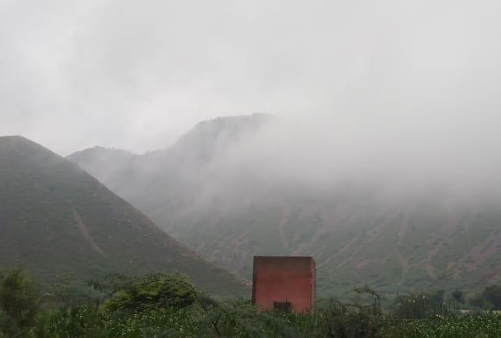 पहाड़ों पर बादल और हरियाली।