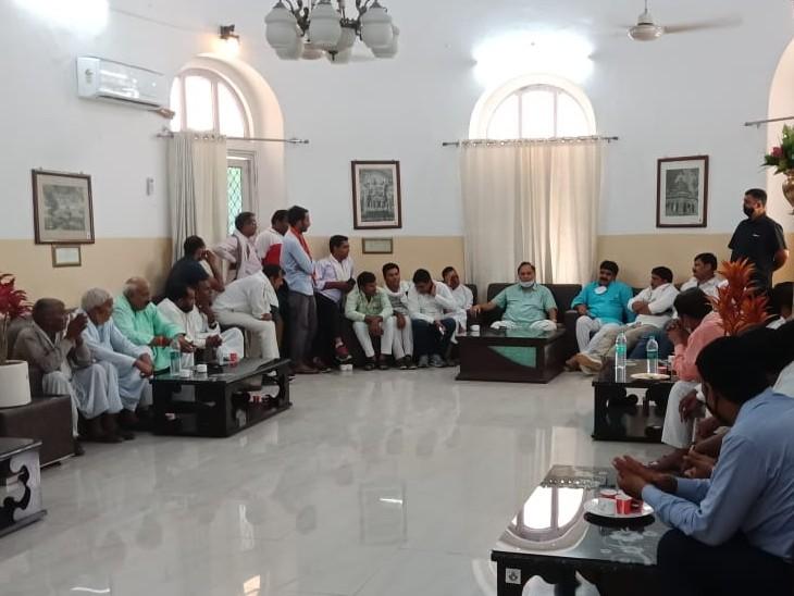 एक दिन पहले सर्किट हाउस में पार्टी के नेता व कार्यकर्ताओं से चर्चा करते हुए।