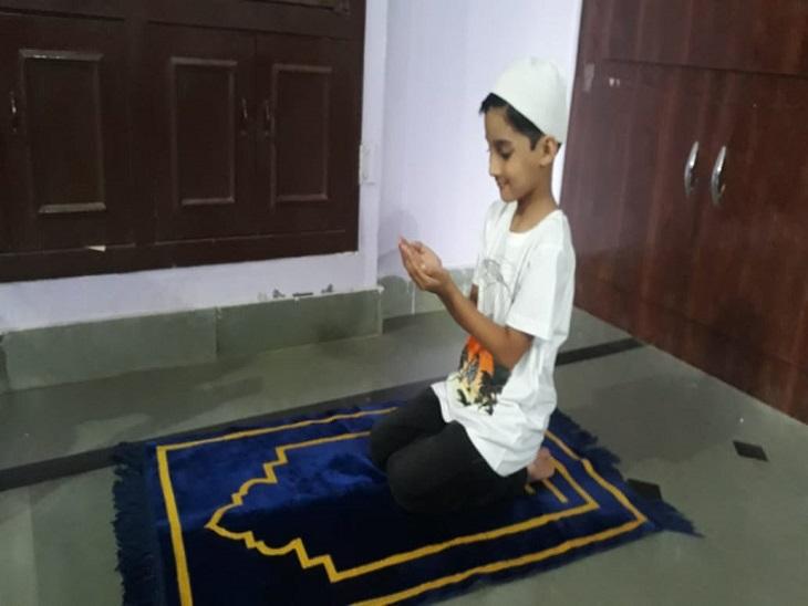 घर में ईद की नमाज अदा करता एक बच्चा। - Dainik Bhaskar