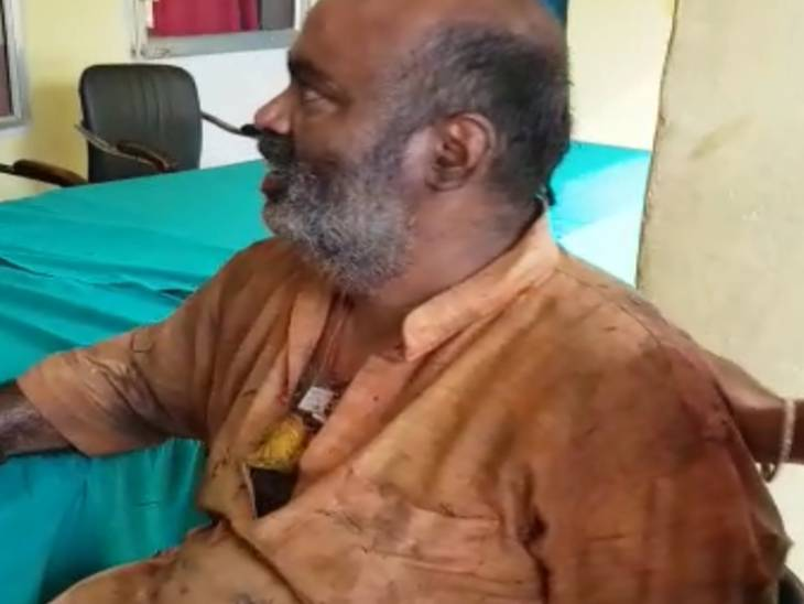 श्रद्धालुओं को दर्शन कराने को लेकर पंडा गुट आपस में भिड़े, पंडा अमित पांडेय ने दर्शन करने से रोका तो दूसरे गुट ने जमकर पीटा|मिर्जापुर,Mirzapur - Dainik Bhaskar