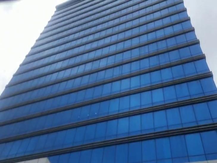 अंधेरी वेस्ट की इसी इमारत में कुंद्रा का ऑफिस है, जहां आज पुलिस ने रेड की है।