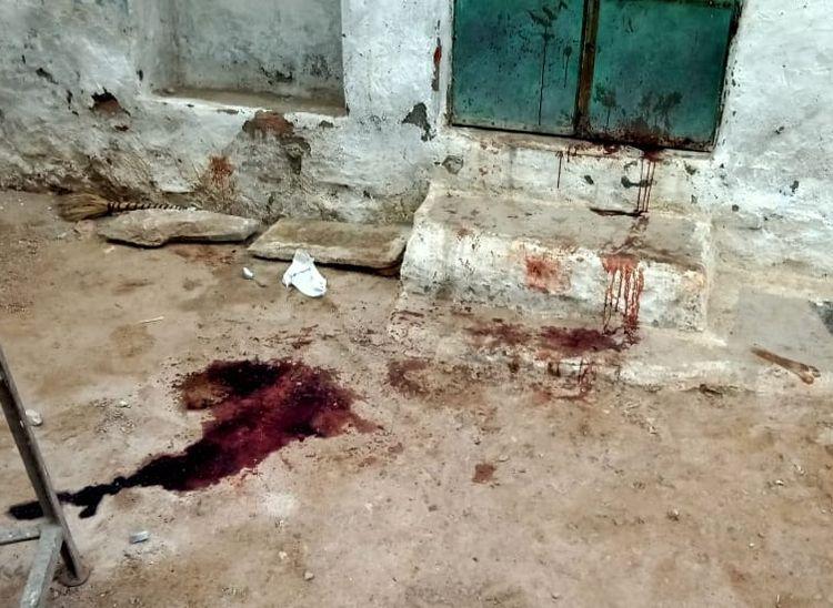 घर के आंगन में बिखरा पड़ा खून।