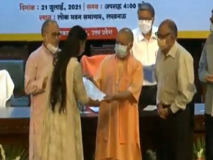 CM योगी ने आबकारी निरीक्षकों को बांटा नियुक्ति पत्र, कहा- सितंबर तक उपलबध कराएंगे 50 हजार नियुक्तियां|लखनऊ,Lucknow - Dainik Bhaskar