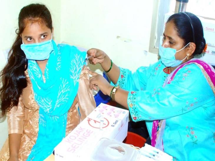 सीएमओ डॉ.संजीव मांगलिक ने बताया कि आज जिले में 67 केन्द्रों पर टीकाकरण अभियान चलाया जाएगा। - Dainik Bhaskar