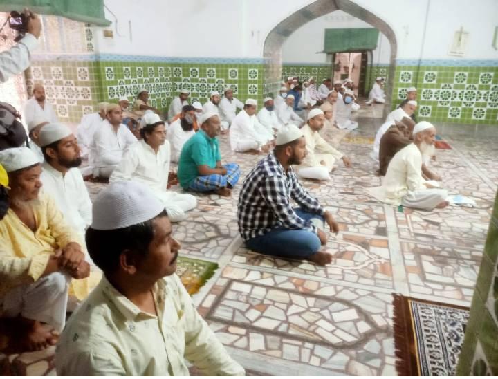 मेरठ में सामाजिक दूरी के साथ हुई ईद की नमाज