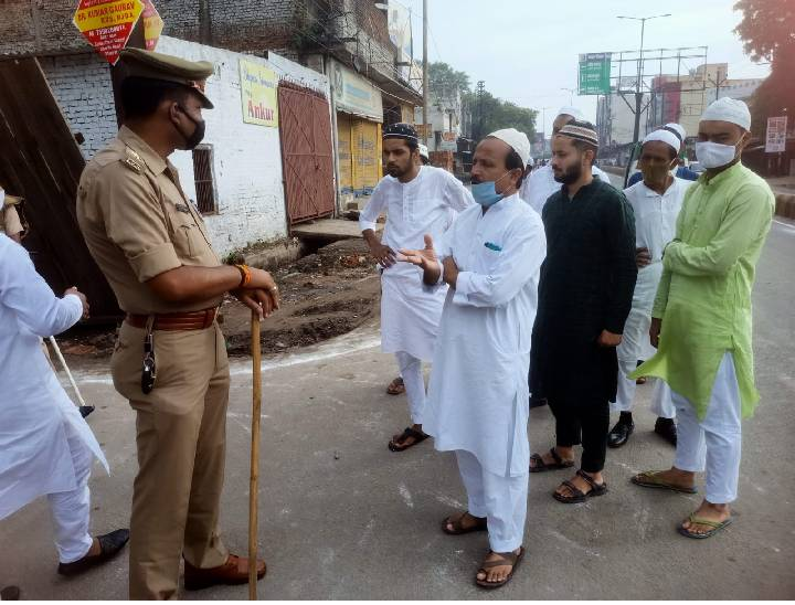 मस्जिदों में शोशल डिस्टेंस से हुई नमाज, 50 नमाजियों को दी गई इजाजत, बकरीद पर मेरठ में खुले में कुर्बानी पर रोक|मेरठ,Meerut - Dainik Bhaskar