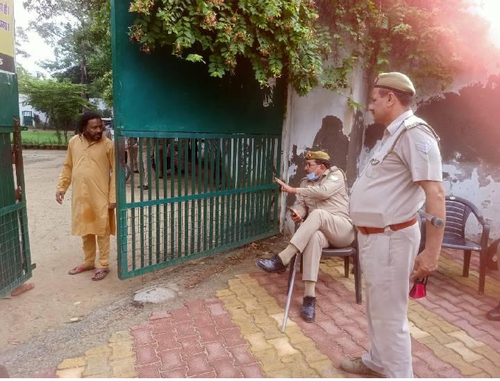 मेरठ में ईद की नमाज से पहले लोगों को रोकती पुलिस
