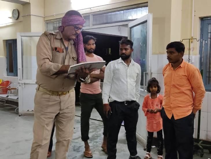 घायलों को यूपी 112 व एंबुलेंस की मदद से जिला अस्पताल में भर्ती कराया गया है। - Dainik Bhaskar