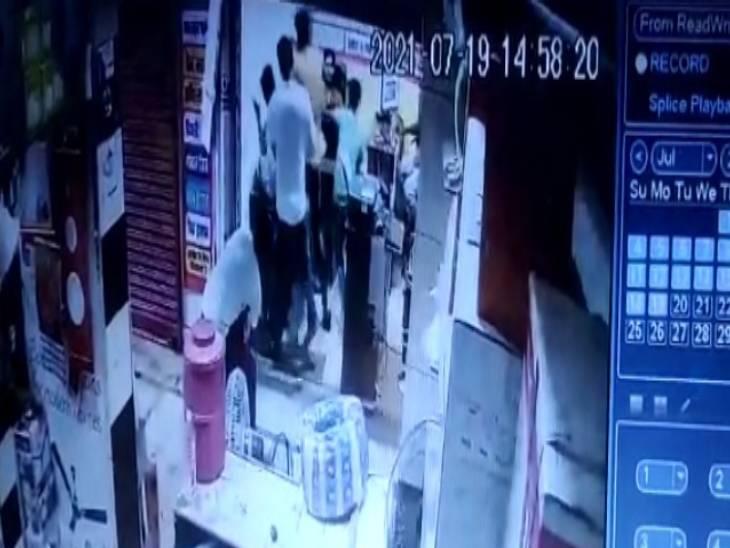 मारपीट की घटना सीसीटीवी कैमरे में कैद हो गई थी।
