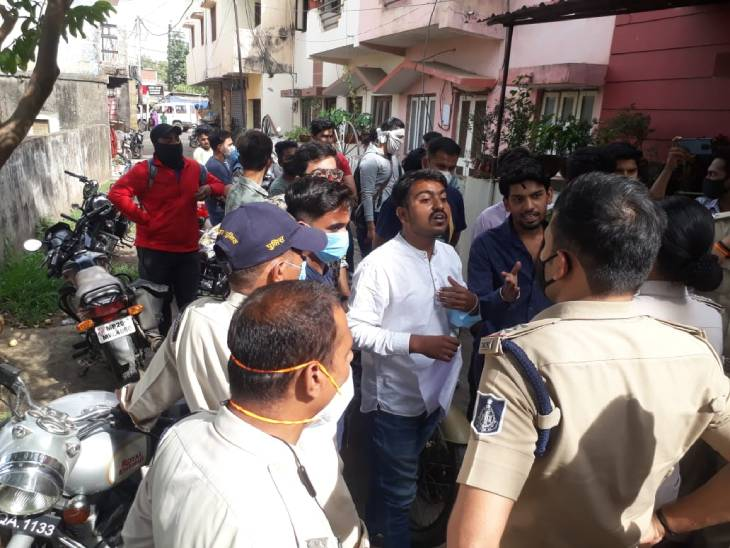 जबलपुर में हुआ विवाद, चार थानों की पुलिस ने मोर्चा संभाला, घंटों चली झड़प, एक गुट प्रांत संगठन मंत्री को इस्तीफा देने पहुंचा था|जबलपुर,Jabalpur - Dainik Bhaskar