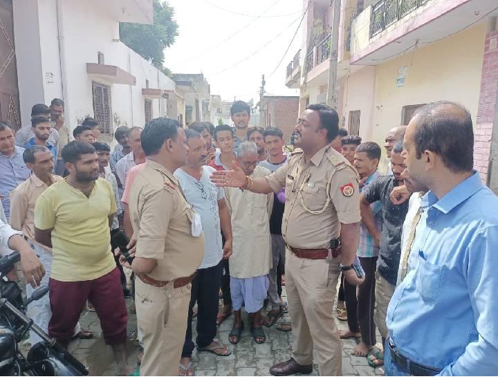 डाबका गांव में कुर्बानी को लेकर इंस्पेक्टर से विरोध जताते ग्रामीण - Dainik Bhaskar