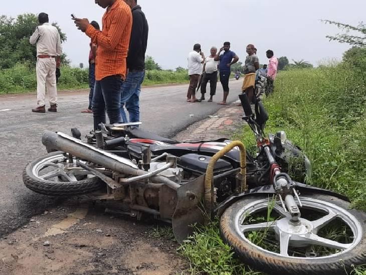घटनास्थल पर पड़ी बाइक। - Dainik Bhaskar