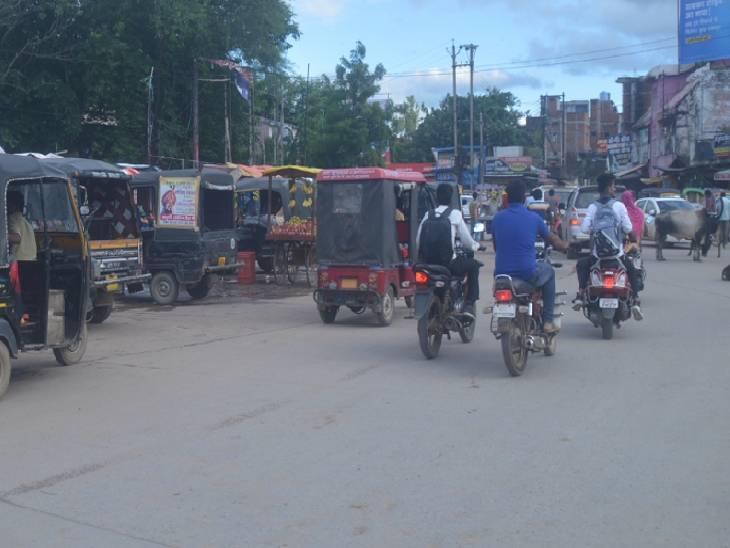 राह चलती महिला का बदमाशों ने छीन लिया मोबाइल, विरोध की तो चाकू से हमलाकर भाग दिए, चिल्लाई तो भीड़ ने पकड़कर धुना|रीवा,Rewa - Dainik Bhaskar