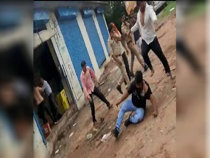 पुलिस के सामने दबंगो ने दुकानदार को पीटा, सिपाही बने रहे तमाशबीन; थाने में पीड़ित का कर दिया चालान इटावा,Etawah - Dainik Bhaskar